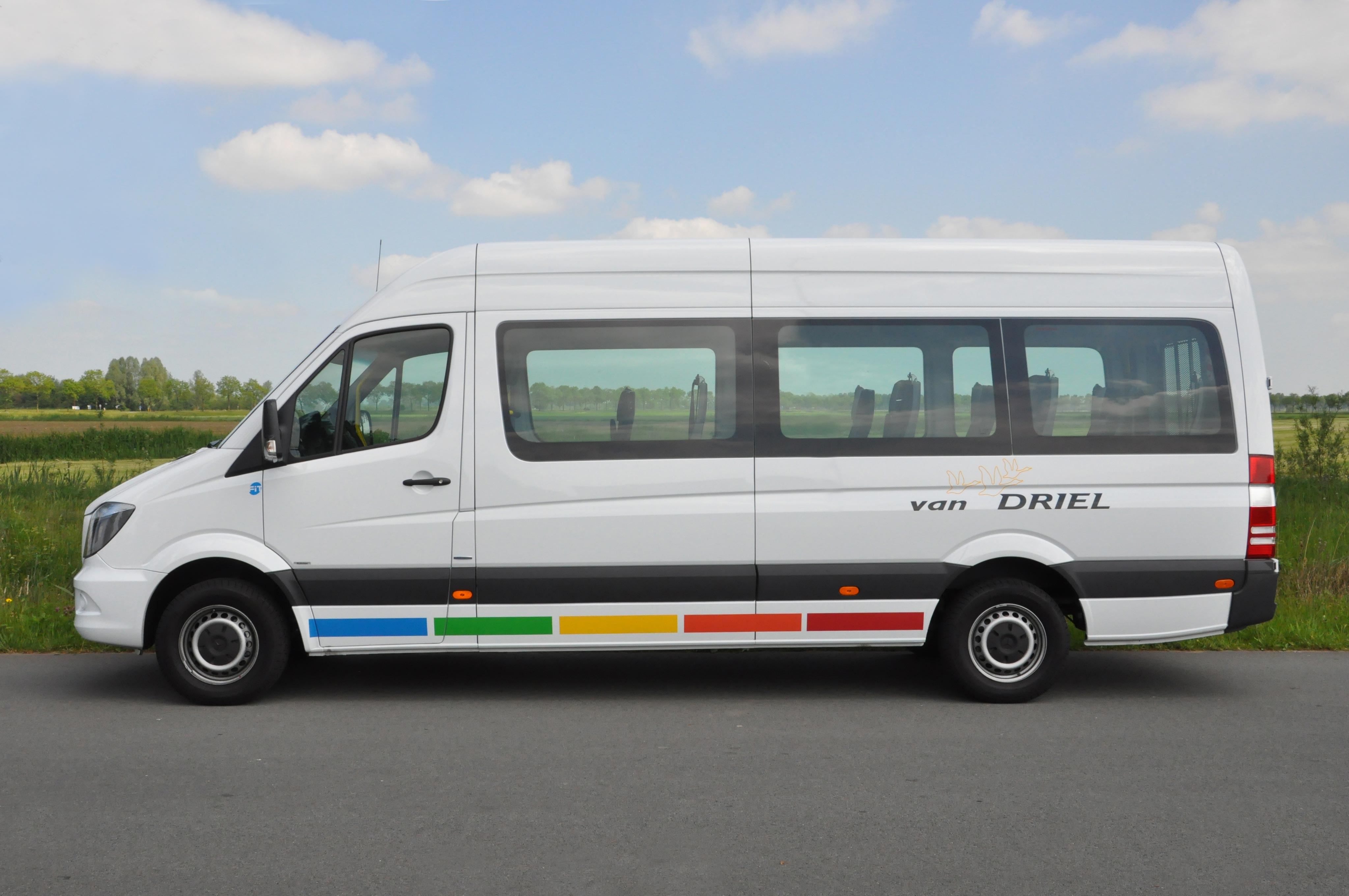 van-driel-rolstoelbus-mercedes-zijkant